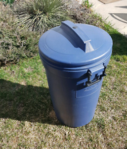 Rubbermaid Garbage with Lid and Wheels