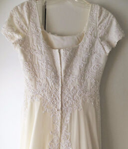 Beautiful Ivory Embroidered Wedding Gown Size 6-8.