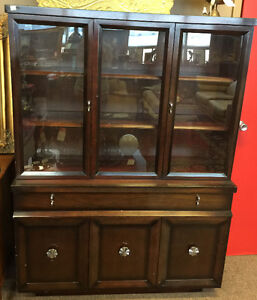 Display cabinet with a retro look