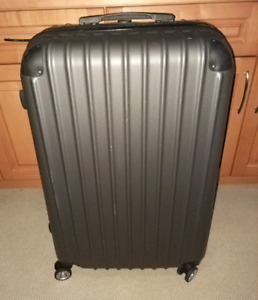 Nearly new spinner suitcase, extra large size, great price!!
