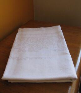 Grande nappe blanche et 10 serviettes de table.