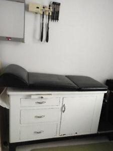 Table d'examen médical ou pour soins esthétiques
