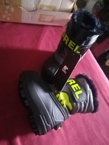BNWT size 4 winter boots