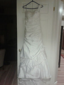 Beautiful wedding dress - used once - Fits size 6-8