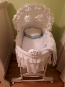 Baby bassinet with pillow and blanket--- 45$