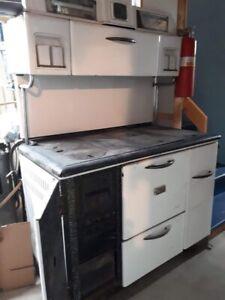 CUISINIERE AU BOIS ANTIQUE/Antique wood cook stove