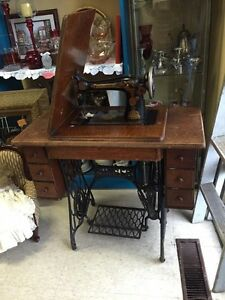 VINTAGE SINGER SEWING MACHINE TREADLE GREAT GRAPHICS IRON BASE