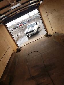Transport, remorquage automobile en remorque fermée et plateform