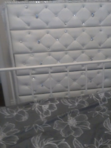 White blinky with leather look chest of drawers/night table