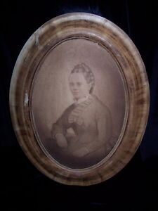 ANTIQUE OVAL WOODEN FRAME WITH OLD PICTURE IN/NO GLASS