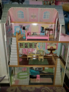 Kidkraft dollhouse with 10 dolls and furniture