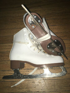Size 2 girls figure skate white leather like new-half price