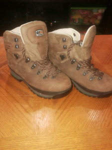 Size 8 Mint condition top quality hiking boots