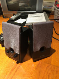 SPEAKERS  by CREATIVE!
