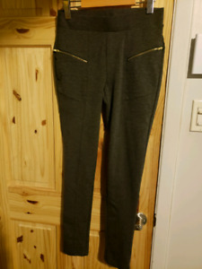 Pantalons taille small, neufs, 5$ chacun