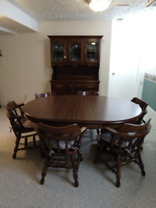 Dining Table with extention leaf, 6 chairs & hutch. Solid wood!