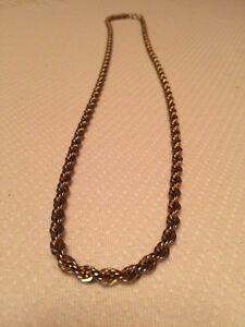 Grande chaîne torsadé plaqué or en bonne condition.