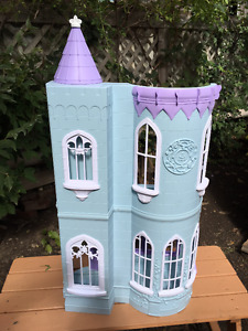 Doll house castle  NEW in a box with 2 dolls inside