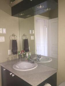 Vanité de salle de bain avec lavabo et robinetterie