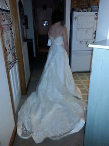 Beautiful wedding gown London Ontario image 3