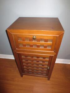 Meuble d'appoint en bois avec 1 tiroir et 1 porte.