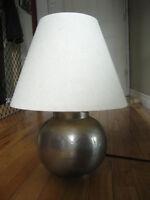 Hammered Metal Ball Lamp / Lampe de boule de métal martelé