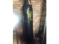 Punch bag, boxing gloves and wall mount