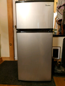 Compact Refrigerator 4.3 cubic feet - Magic Chef