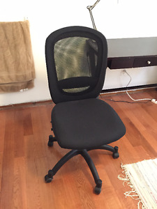 Like-new desk chair