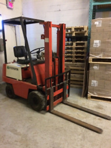 TOYOTA ELECTRIC FORKLIFT 2000LB