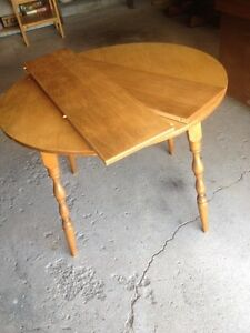 Round and/or Oval kitchen table 2 leafs
