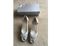 Light grey sandals with pale blue statin - women's - size 6.5