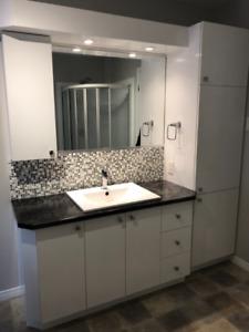 Armoires blanches salle de bain inclus lavabo et robinetterie