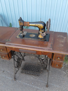 Antique 1904 Singer Sewing Machine & Cabinet