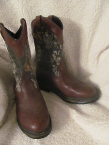 THESE MENS LAREDO SIZE 10.5 D BOOTS ARE MADE FOR WALKIN' !!!