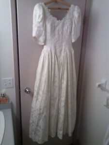 Embroidered Lace Wedding Dress with Floral Sash size small 7/8
