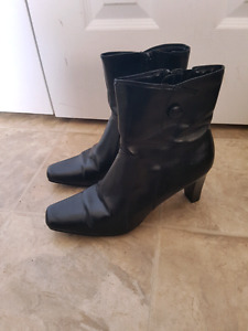 Size 9 1/2 ankle boots in excellent condition