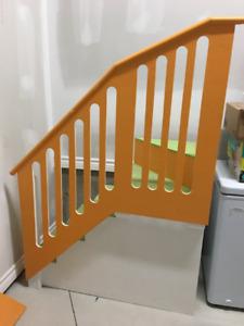 Marche d'escalier et rampe pour mezzanine d'enfant