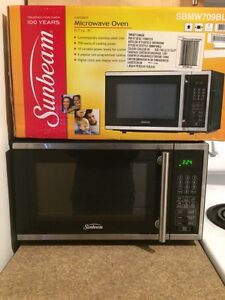 LIKE NEW Stainless Steel Microwave 0.7 Cu.ft