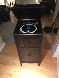 ANTIQUE/VINTAGE RECORD PLAYER