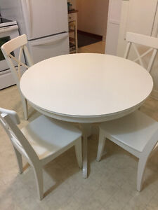 Table ronde blanche INGATORP, chaises INGOLF du IKEA