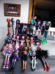 HUGE LOT OF MONSTER HIGH DOLLS 18 DOLLS AND ASSECORIES