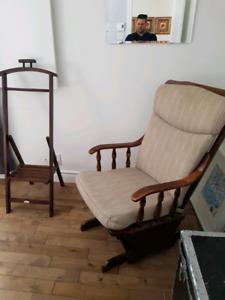 Chaise berçante et valet