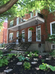 Bright, spacious 4-bdrm upper duplex apt in Monkland Village