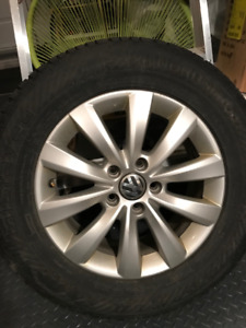 4 Pneus d'hiver 215/65/R16 montés sur mags d'origine VW