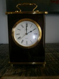 Horloge ''Birks'' en bois de rose laqué et laiton