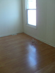 2 Bdr w/balcony, Downtown, Queens, Hospitals: