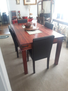 Beautiful solid wood dining room table w 6 faux leather chairs