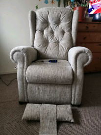 Electric rise and recline chair in excellent condition, can be deliver
