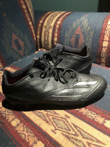 Je vends mes souliers de football grandeur 11 porté une fois.
